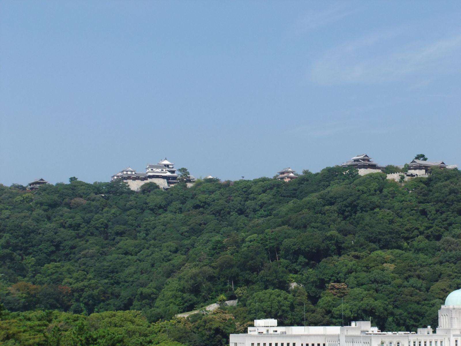 秋の松山城(野本記念病院屋上より)の写真です。クリックすると拡大します。