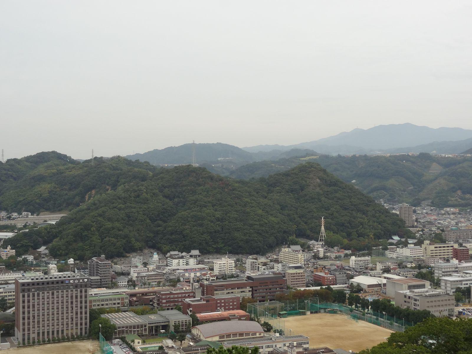 秋の松山城(天守閣三階より北方向の眺望)の写真です。クリックすると拡大します。