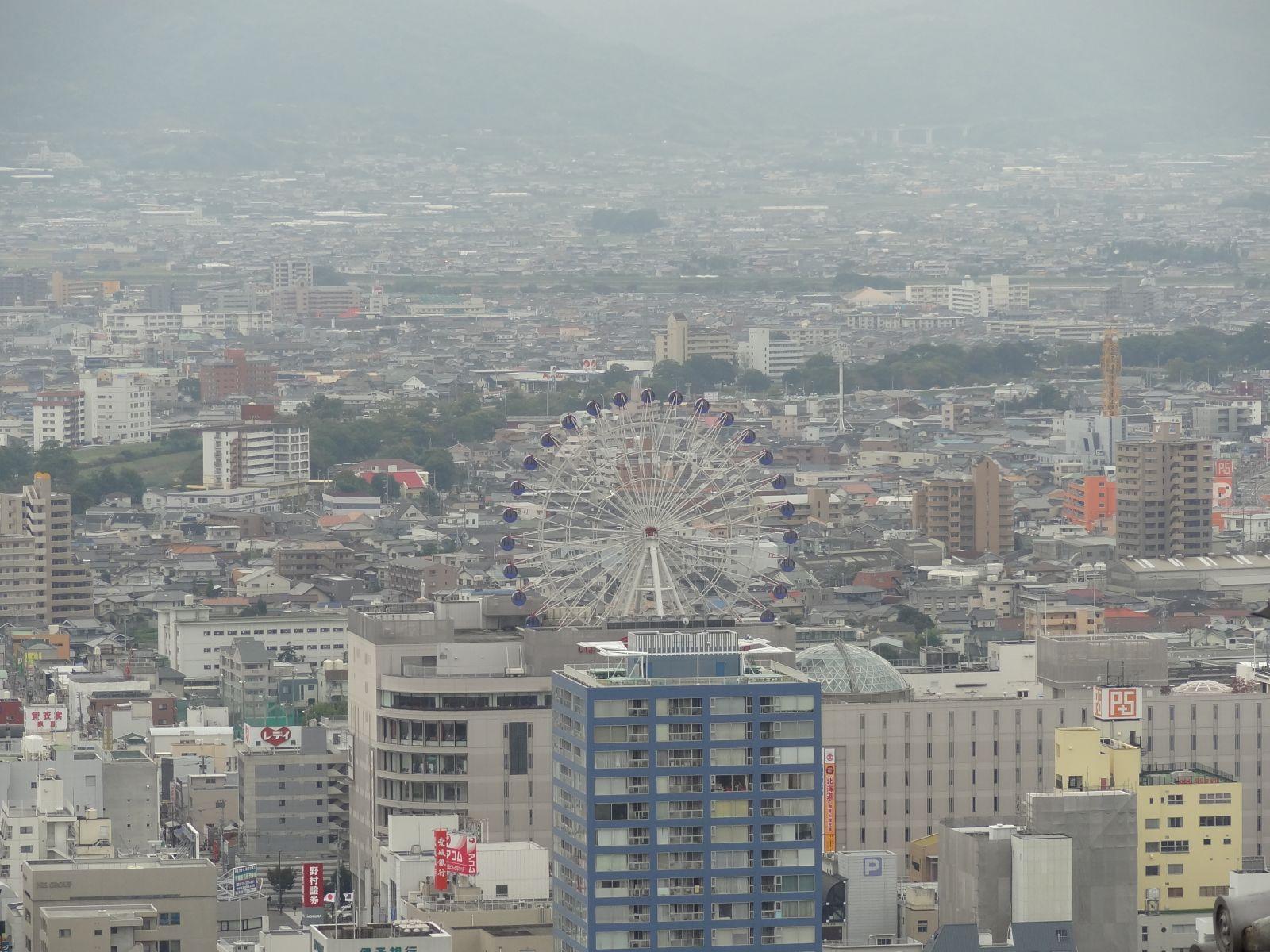 秋の松山城(天守閣三階より南方向の眺望)の写真です。クリックすると拡大します。