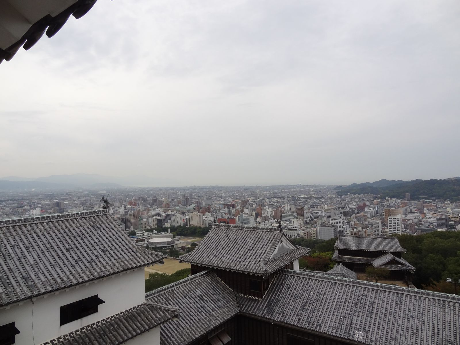 秋の松山城(天守閣三階より西方向の眺望)の写真です。クリックすると拡大します。