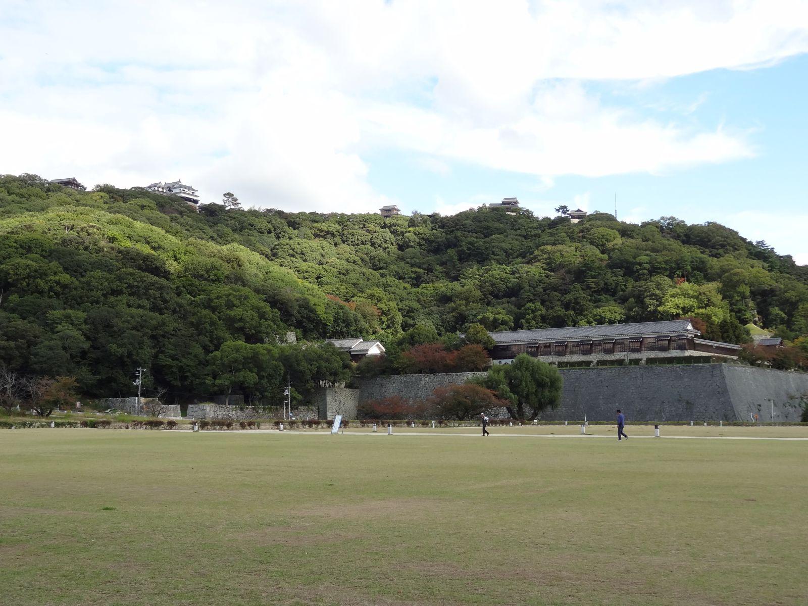 秋の松山城(堀之内公園より撮影)の写真です。クリックすると拡大します。