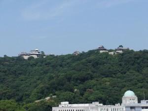 ビルの屋上からみた松山城の写真です。クリックすると拡大します。