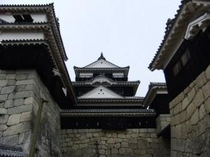 松山城本丸本壇の入口より見た天守閣の写真です。クリックすると拡大します。