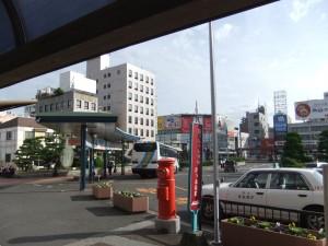 JR松山駅、駅舎出てすぐ左手の写真です。クリックすると拡大します。