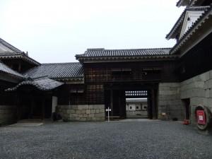 本丸本檀天守内曲輪の写真です。(左隅が唐破風の玄関、右端石垣の隅が観光用の入り口)クリックすると拡大します。