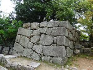松山城登城道横の石垣の写真です。クリックすると拡大します。